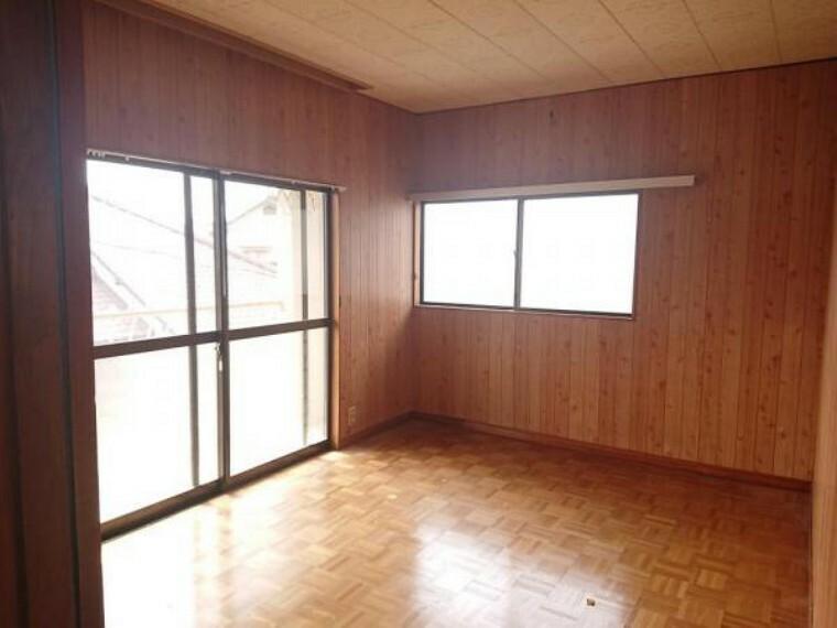 【リフォーム前写真】2階の南向きの洋室です。リフォームにてフロアの重ね張りや壁・天井のクロスの仕上げを行います。