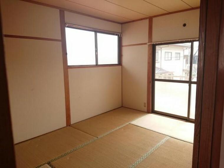 【リフォーム前写真】2階東側の和室は洋室へと間取り変更を行います。南の窓はベランダにつながっています。日当たりの良い心地よい空間です。