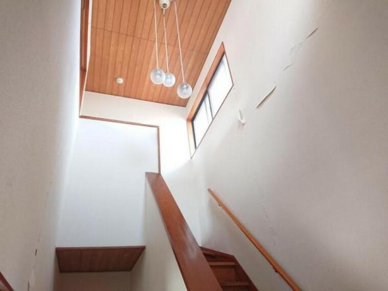 【リフォーム前写真】廊下・階段は吹き抜けとなっており、開放感のある造りになっています。吹き抜けの採光窓からの明かりが家全体に明るい雰囲気をもたらします。