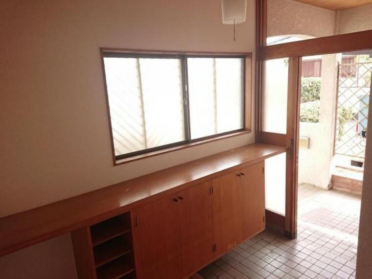 玄関 【リフォーム前写真】玄関ホールです。シューズボックスを交換し、鍵も新しいものへ交換いたします。