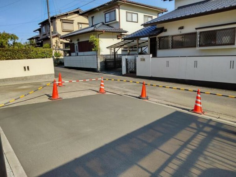 外観写真 【リフォーム中写真】駐車場の拡張工事を行いました。4台分並列駐車が可能になりました。(4/15撮影)