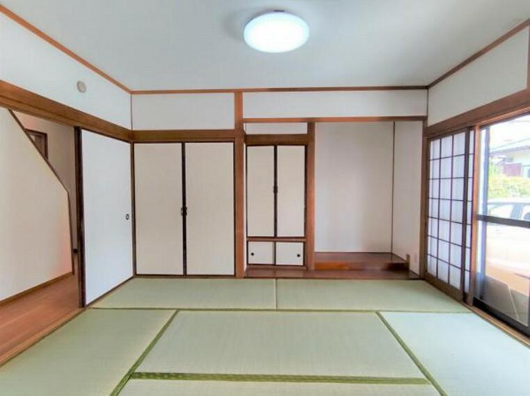 【リフォーム後写真】1階東側の和室は畳の表替えしました。クロスも全面張替え、照明交換を行いました。風通しの良い過ごしやすいお部屋です。