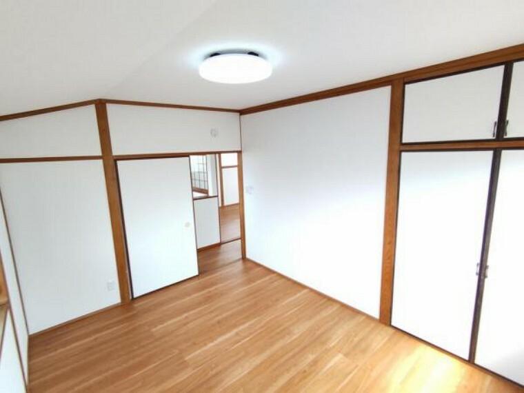 【リフォーム後写真】2階の和室は洋室へと間取り変更を行いました。クロス全面張替えし、照明を新品交換しています。