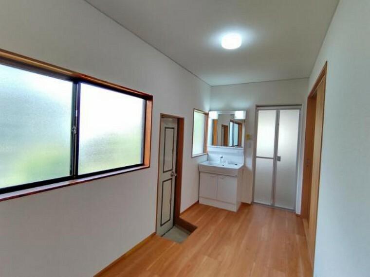 洗面化粧台 【リフォーム後写真】洗面脱衣室は2坪の広々空間。キッチンから廊下に通り抜けができる造りになっており家事動線がスムーズです。