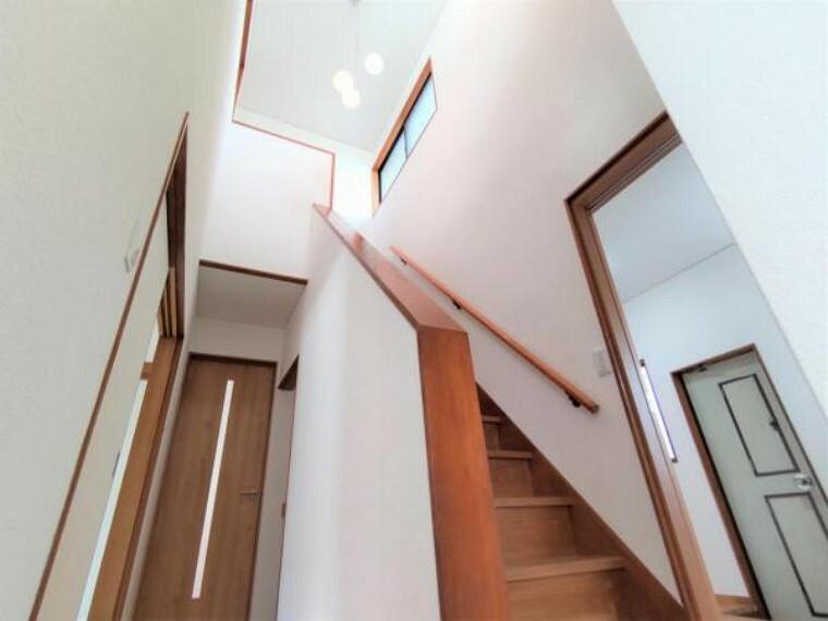 【リフォーム後写真】廊下・階段は吹き抜けとなっており、開放感のある造りになっています。吹き抜けの採光窓からの明かりが家全体に明るい雰囲気をもたらします。