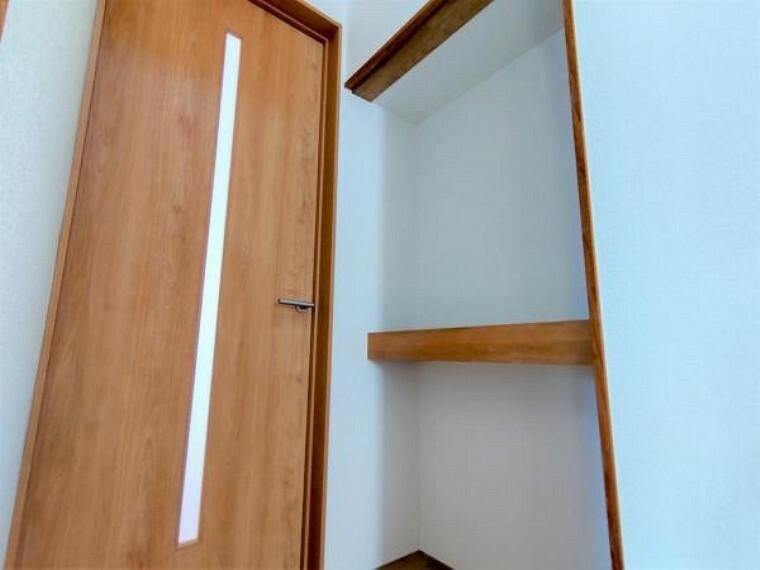 【リフォーム後写真】リビングにつながる廊下の小さなスペースを利用して飾り棚を設けました。リビングの入口扉は新品の扉に交換しました。
