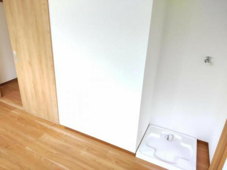 洗面化粧台 【リフォーム後写真】洗濯機置き場は洗面所内階段下のデッドスペースに設置しました。蛇口や洗濯パンも新品交換しました。