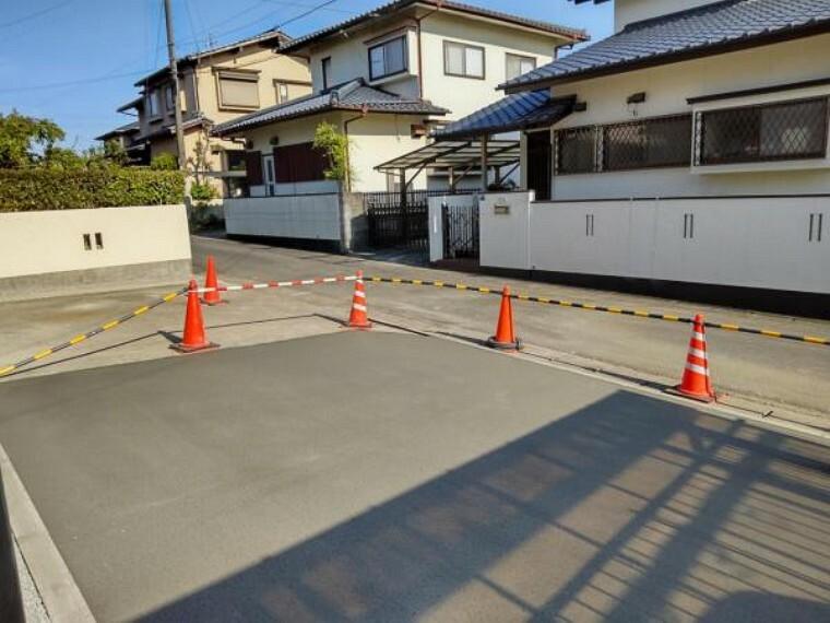 外観写真 【リフォーム後写真】駐車場の拡張工事を行いました。4台分並列駐車が可能になりました。