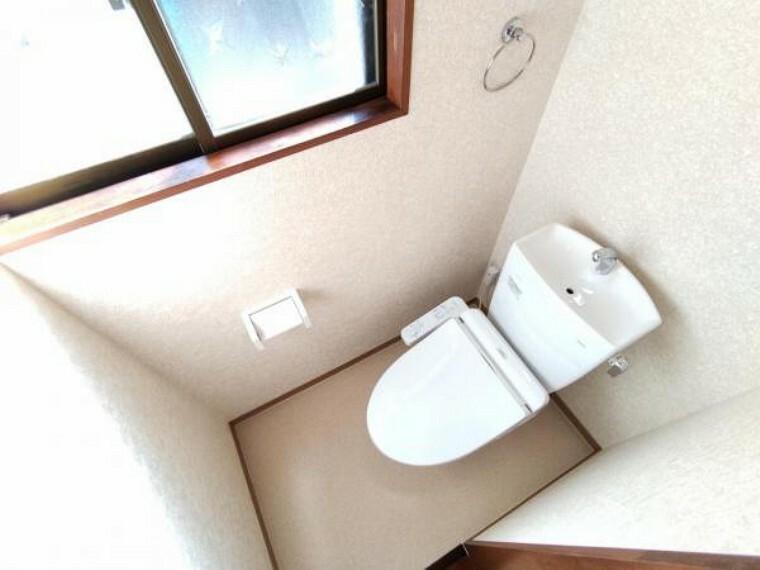 トイレ 【現場写真】TOTO製の温水洗浄便座トイレに新品交換しました。凹凸がないため汚れが付きにくく、継ぎ目のない形状でお手入れが簡単です。