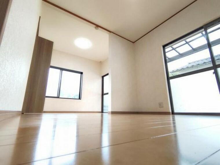 収納 【リフォーム後/8帖洋室】間取り変更により広々した洋室になりました。三つの窓で明るいお部屋です。クローゼットもあり収納に便利です。