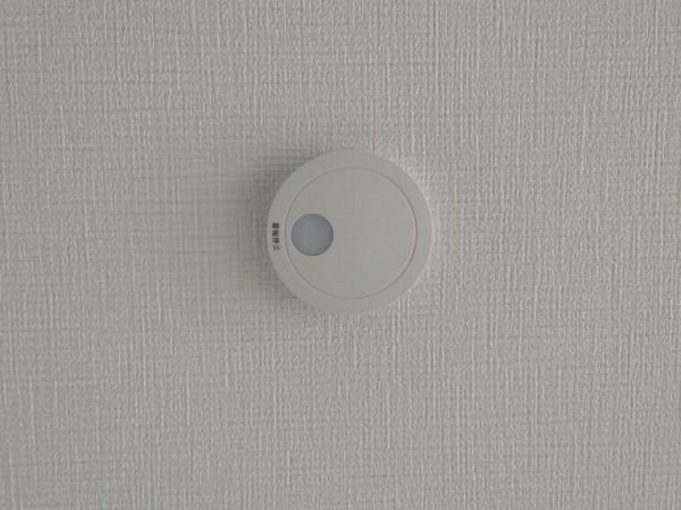 【現場写真】全居室に火災警報器を新設しました。キッチンには熱感知式、その他のお部屋や階段には煙感知式のものを設置し、万が一の火災も大事に至らないように備えます。電池寿命約10年です。