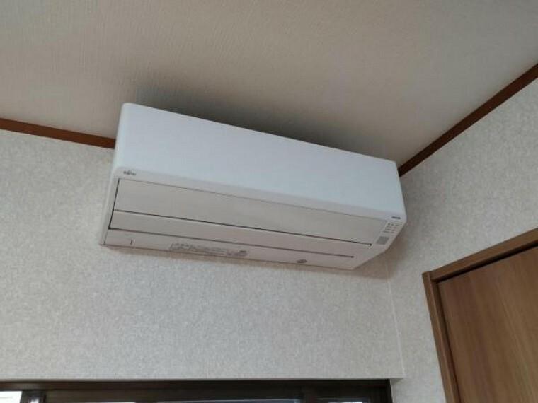 【現場写真】新生活を快適にサポートしてくれる、エアコンをリビングに設置しました。家電の買い替えをご検討のご家族も、エアコンの費用が浮いて嬉しいですね