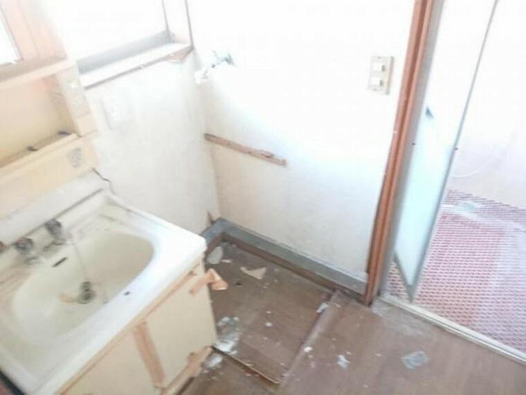 洗面化粧台 【リフォーム中3/20撮影】洗面脱衣所の写真です。洗面台は新品に交換します。クッションフロア、クロスも張り替えて清潔な空間に生まれ変わります。