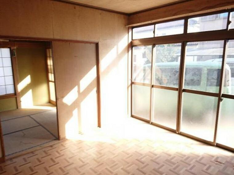 居間・リビング 【リフォーム中3/20撮影】1階洋室8帖のお部屋です。間取り変更を行いリビングの空間に生まれ変わります。床重ね張り、建具交換、クロス張替え、照明交換を行います。家族でホッと一息つける空間に生まれ変わりますよ。
