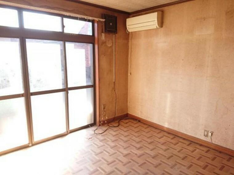 居間・リビング 【リフォーム中3/20撮影】1階洋室8帖のお部屋の別角度の写真です。既存のエアコンは撤去いたします。床重ね張り、建具交換、クロス張替え、照明交換を行います。南面の窓から暖かい陽射しが差し込む空間です。