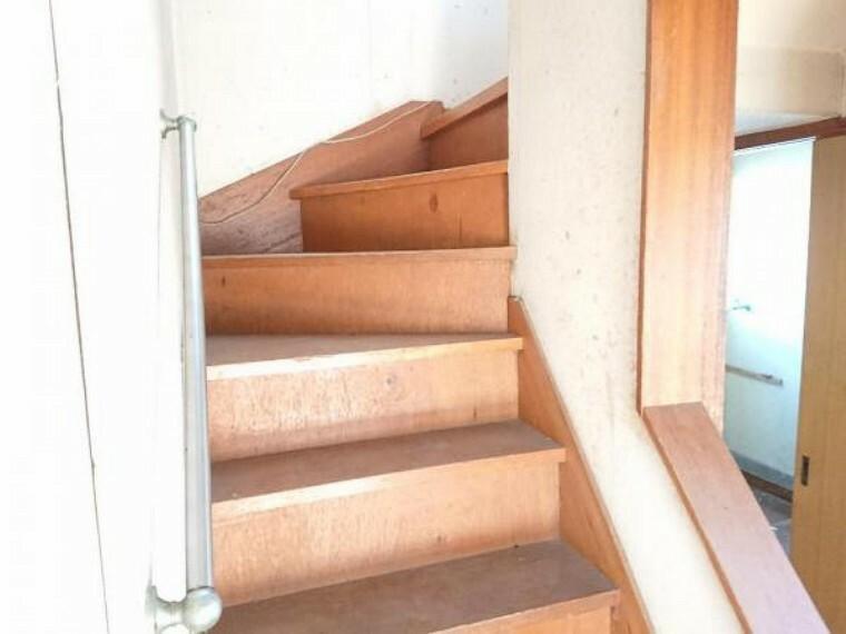 【リフォーム中3/20撮影】階段の写真です。床重ね張り、手すり新設、滑り止めを設置し安全安心な階段になりますよ。