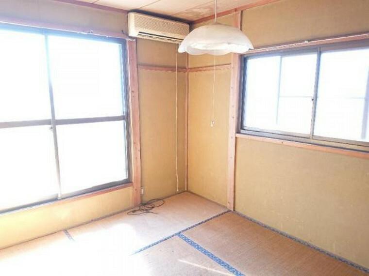 【リフォーム中3/20撮影】2階東側和室の写真です。洋間に変更します。床張替え、建具交換、クロス張替え、照明交換を行います。南面の窓から暖かい陽射しが差し込むお部屋ですよ。
