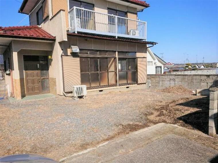 駐車場 【リフォーム中3/20撮影】駐車場の写真です。整地後、6号砕石砂利引きを行います。すっきりとした印象に生まれ変わりますよ。