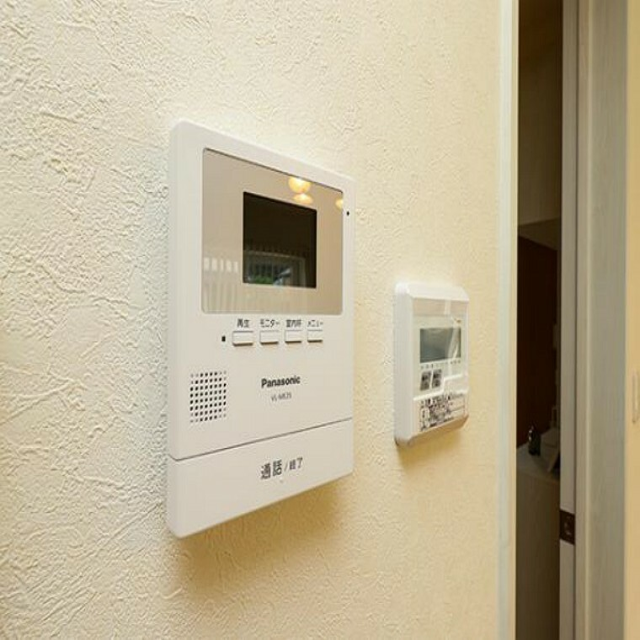 \同仕様写真/ハンズフリー機能を備えたカラーモニターインターホンを採用!お料理中などで手が塞がっていても便利に応答可能です!