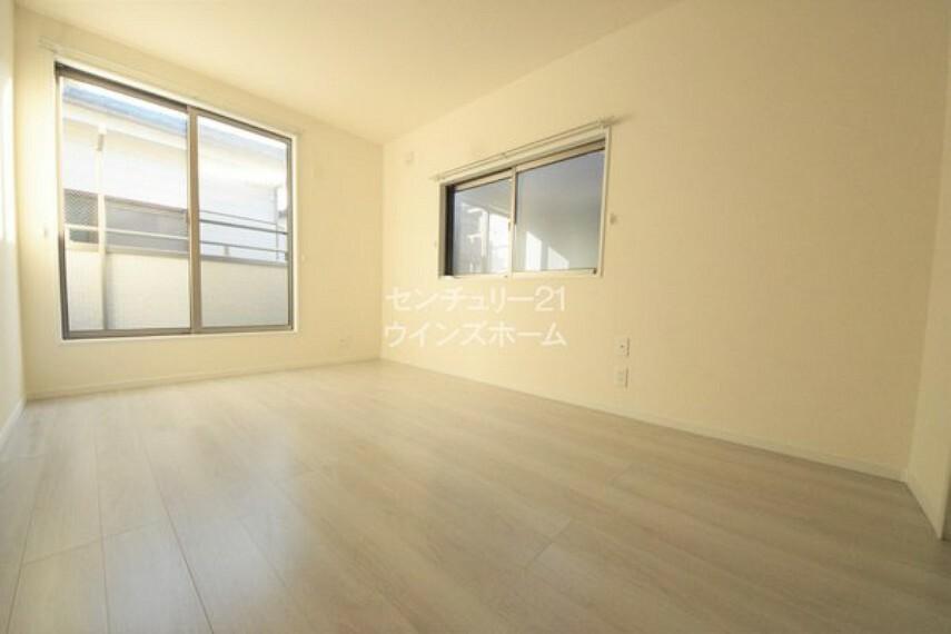 洋室 全居室2面以上の彩光になっているので、どのお部屋にいても明るい空間!また、心地よい風が通り抜けて気持ちがいいです〇
