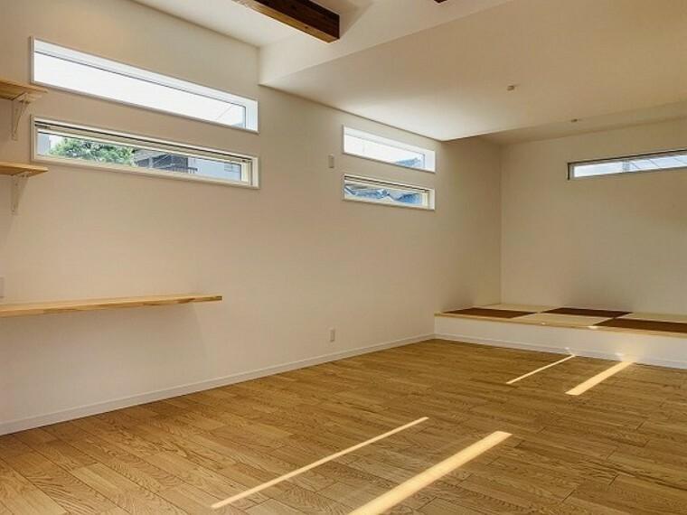 居間・リビング 居間・18.5帖のLDK!ご家族一つの空間でお互いに好きなことをしながら、会話が楽しめます。パソコン作業や家事スペース、お子様の遊ぶスペースなど様々な空間を演出できる「ゆとり」があります。