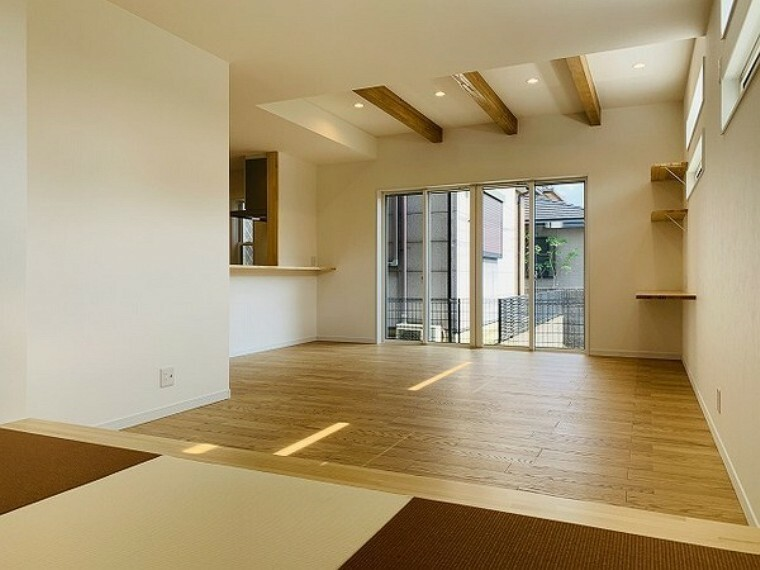 居間・リビング 居間・おしゃれな梁見せ天井!白を基調とした室内!窓からたっぷりの光が入り込む明るい室内!家族の笑顔も増えそうです。