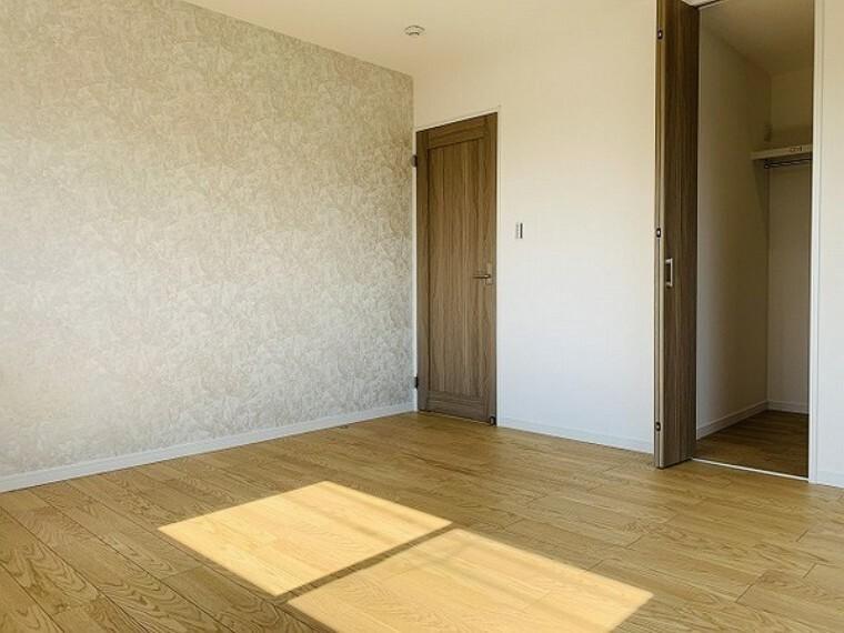 寝室 寝室・8帖。アクセントクロスでおしゃれな雰囲気を演出!ベッドを置いてもゆとりのあるスペースを確保できて、ベッドルームとして使いやすいお部屋です。