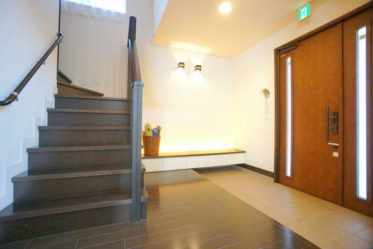 玄関 家の印象につながる広々とした玄関ホール。家族みんなでお客様をお見送りできる十分な広さがあります。シンプルなデザインなのでお好みに合わせて飾り付けてみてはいかがでしょうか。