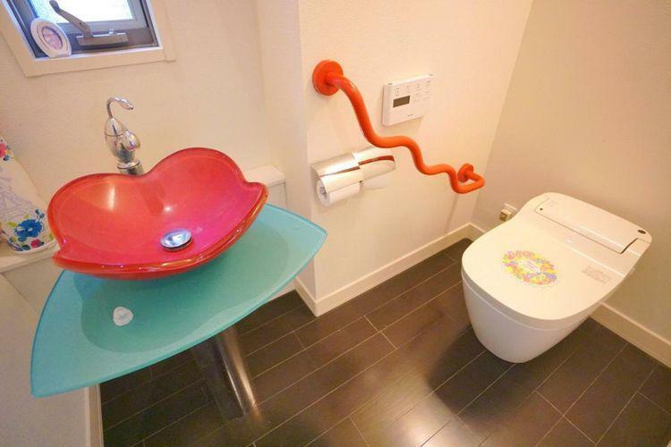 トイレ 広々としたトイレスペース。個性あるデザインの手すりや手洗い場が印象的です。小窓からも光が差しこむ落ち着く空間なのでごゆっくりどうぞ。