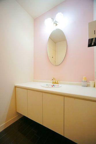洗面化粧台 1階廊下にも使い勝手の良い洗面台を用意しました。帰宅した際や食事前の手洗いに大変便利です。収納力と使いやすさを併せ持っているので、お出かけ前の準備もスムーズにすすみそうです。
