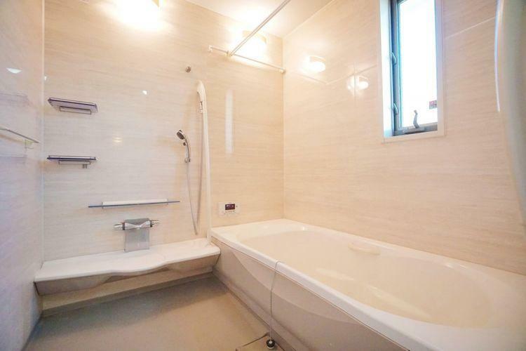 浴室 大きめの窓が印象的な、明るくゆったりとした浴室です。もちろん浴室換気乾燥機も付いています。一坪の広さがありますので一日の疲れをゆっくり癒やしてください。