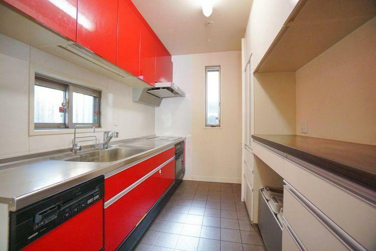 キッチン 明るい鮮やかな色のキッチン。吊戸棚とカップボードがあり、収納力に大変優れています。キッチンの広さにゆとりがあると、ホームパーティー用のたくさんのお料理も余裕で準備出来ます!