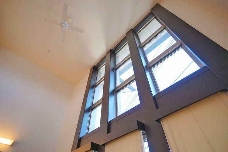 眺望 吹抜けを取り入れた開放感のあるリビングです。素敵な笑顔を生み、明るく、楽しい癒しの空間を演出します。天井に取り付けたシーリングファンは、空気を循環させ、冷暖房効率を高め省エネ効果を高めます。