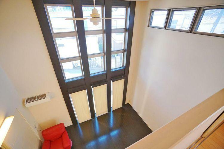 居間・リビング 2階からのリビングの眺めです。広さも明るさも解放感もございます。家族だけでなく友人も集まるリビングだから我が家の自慢の空間に!そんな理想を叶えてくれます。