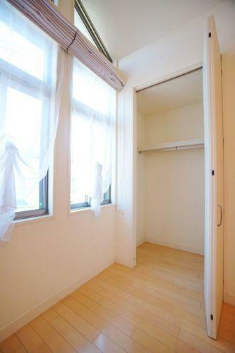収納 収納量の多い居室は不要な家具を室内に置くことなく、お部屋を有効にご利用いただけます!他にも各フロアに大型納戸があり、普段使わないものから大事なものまで。たっぷりしまうことができます。