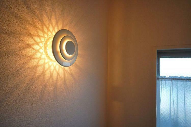 階段に設置してあるライトもオシャレな仕様となっています。放射状に広がる光と影のコントラストがキレイですね。