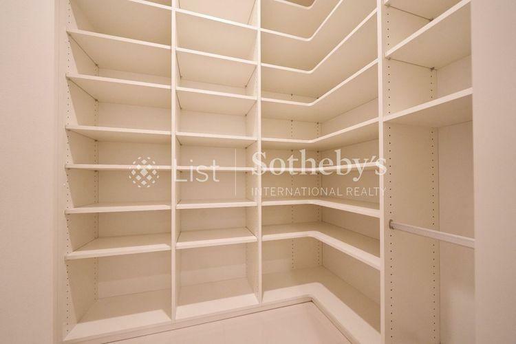 収納 Shoes in Closet  一目で収納物を確認できるシューズインクローク。ご家族皆様の靴を一目で確認できます。