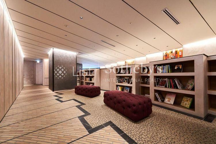 Library Lounge  知性を刺激するオープンライブラリーラウンジ抽象的なアートや360°から座れるソファ、無垢素材を用いたシェルフなど、温もりが薫る空間です。