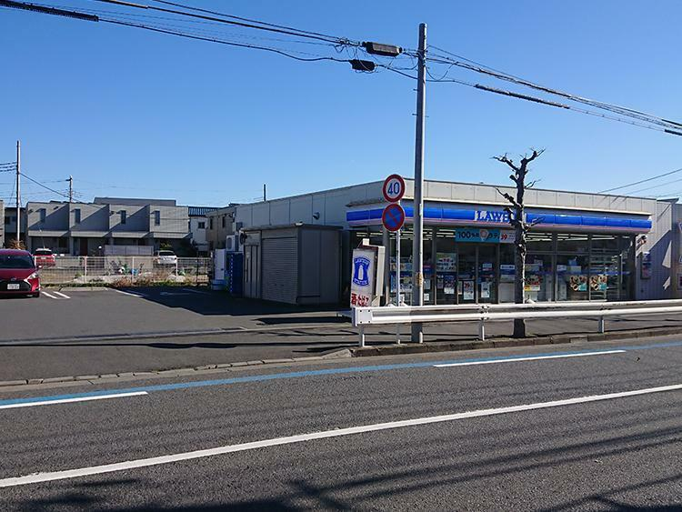 コンビニ ローソン 鵠沼海岸七丁目店まで700m 現地から一番近くにある、あったら便利なコンビニは駐車場も完備。