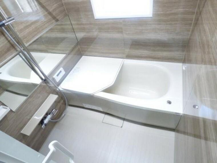 浴室 1坪サイズの浴室ユニットバス。大きな横型の姿見鏡も標準で装着していますので、浴室をより広く感じて頂けます。
