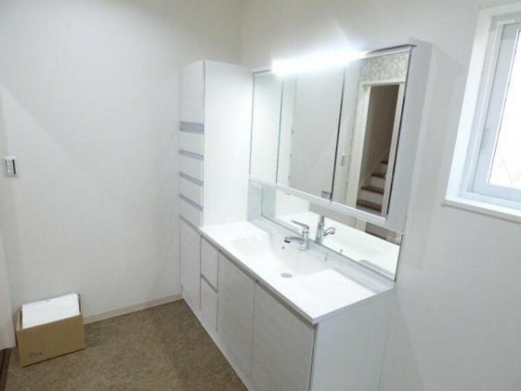 洗面化粧台 袖壁収納付きの洗面化粧台は、収納力もタップリです。