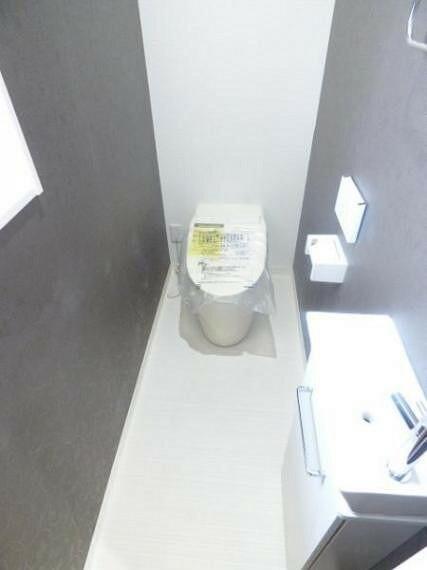 トイレ 1階トイレ。もちろんウォシュレット付きです。