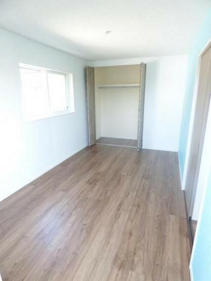 2階東側洋室約7.5帖。2方向窓ですので、通風も良好です。
