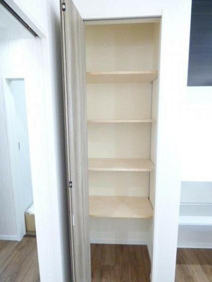 収納 キッチン後ろのパントリー収納には、乾物や調味料の買い置き、カセットコンロなどを収納できます。