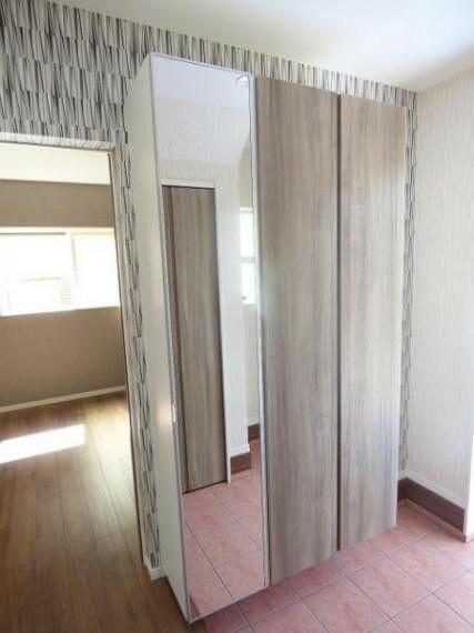 玄関 トールタイプのシューズボックスには姿見鏡もついています。お出かけ前のちょっとした身だしなみチェックで重宝します。