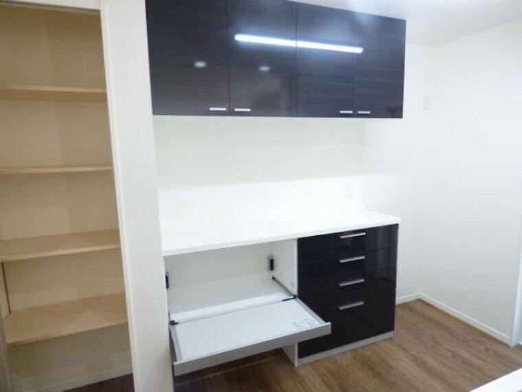 キッチン キッチン後ろのサービスカウンター、食器吊戸棚。こちらには炊飯器や電気ポット、トースターなども置くことができます。