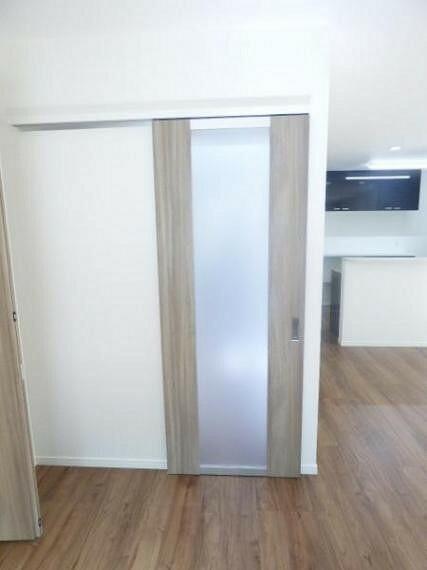 リビングドアはスリットガラス入りですので、リビングに差し込む明るい光を廊下側へと誘います。