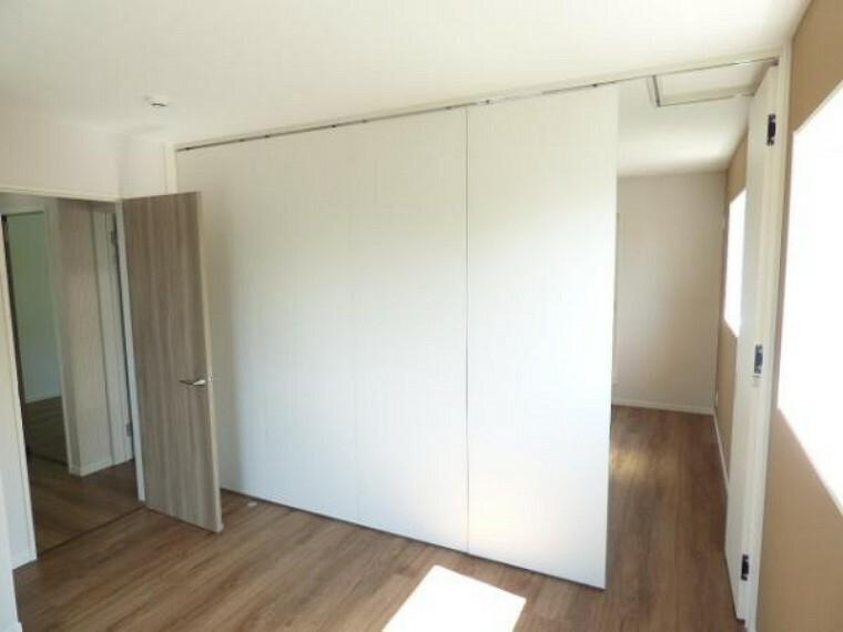 2階洋室を仕切るパーテションは可動可能ですので、2部屋を合わせると、約14帖の大空間に変わります。