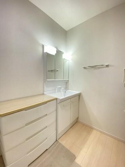 洗面化粧台 三面鏡にもなる洗面台!シャワータイプでお掃除も楽々です