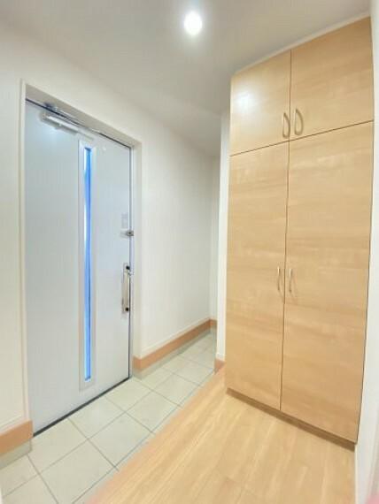 玄関 シューズボックス付きの玄関!奥には収納スペースもあり三輪車など収納に便利